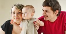 Junges Paar mit Baby